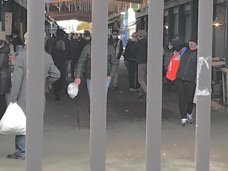 Emergenza Covid-19 a Bari, incursione di Decaro al mercato di Santa Scolastica, stop ad assembramenti