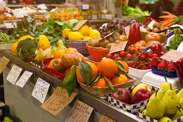 """Emergenza Covid-19, un fruttivendolo di Bari regala frutta e taralli """"Se hai bisogno prendi è gratis"""""""