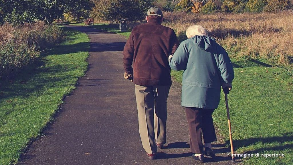 Un uomo vede la sua vicina passeggiare, le fa una domanda ma quando sente la risposta corre ad abbracciarla