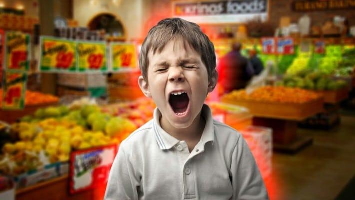 Un nonno sta facendo la spesa in un supermercato con il nipote che fa i capricci, cosa accade dopo è incredibile