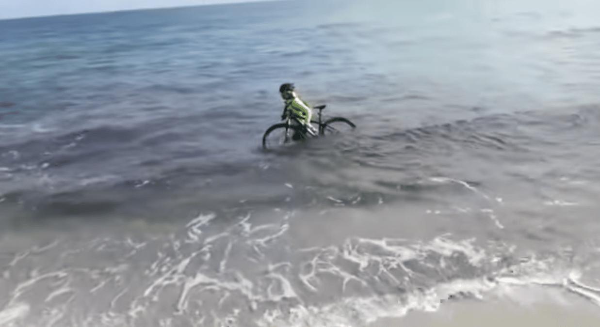 Emergenza COVID-19, ciclista a Otranto per evitare la multa preferisce con la sua bici calarsi nelle fredde acque del mare