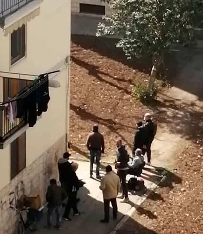 """Coronavirus Bari, gruppetto di persone fermo a chiacchierare tra le palazzine di Japigia, Decaro: """"Rischiano l'arresto"""""""