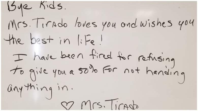 Un'insegnante dà zero a chi non fa i compiti e viene licenziata, prima di andarsene scrive un messaggio sulla lavagna