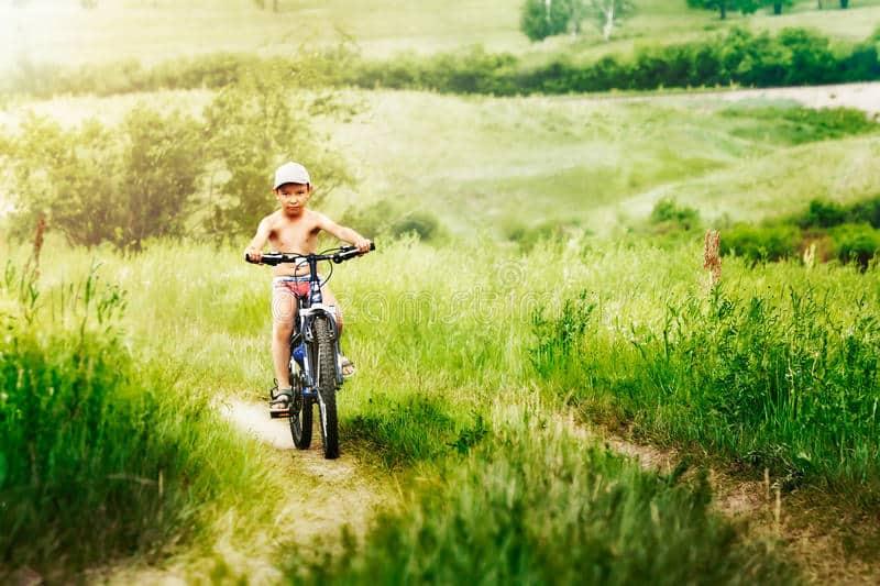 Una donna vede un ragazzino sulla bici con un volto terrorizzato  che sfreccia a tutta velocità e riconosce un suo ex alunno, lo raggiunge e per fortuna gli chiede cosa accade
