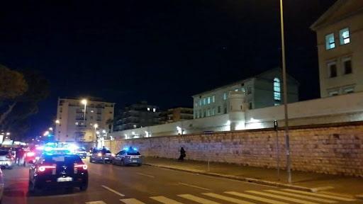 Emergenza Coronavirus, rivolta al carcere di Bari, scoppia la protesta dei detenuti, polizia schierata