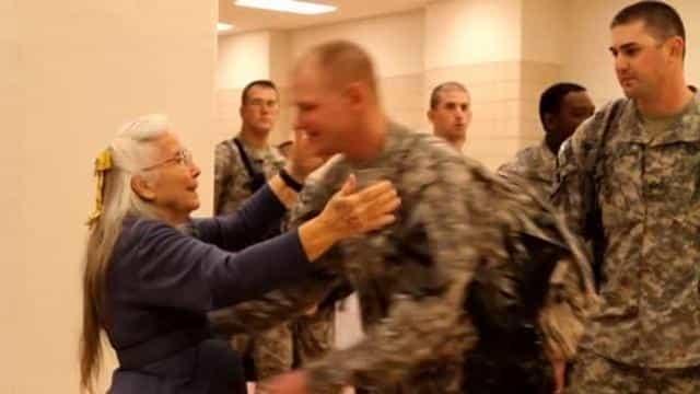 Donna si fa trovare ogni giorno all'aeroporto per abbracciare i soldati che tornano dalle missioni, un giorno non si presenta cosa fanno i soldati