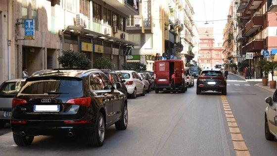 Emergenza Covid-19, nel centro a Bari è ritorno al passato, auto in doppia fila e parcheggiatori abusivi