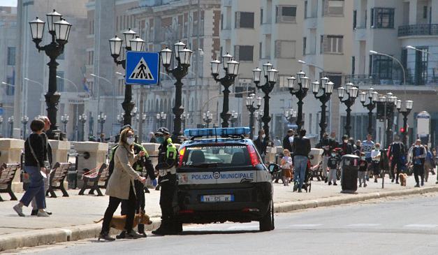 """Emergenza Covid-19 Bari, tanta gente a spasso per la città, lungomare pieno di gente che fa jogging e famiglie con passeggini, interviene Decaro """"Gli altri non sono più stupidi se restano a casa, così moriamo tutti"""" – video"""
