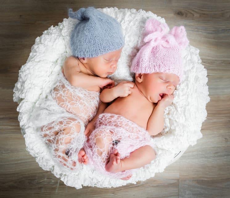 Ai tempi del Covid-19, nascono due gemelli un maschietto e una femminuccia, i genitori decidono di chiamarli Covid e Corona