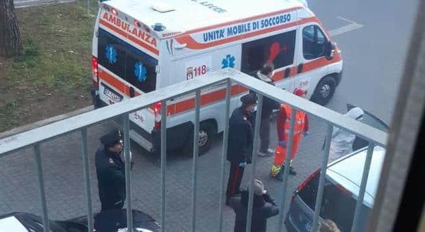 Puglia, medico di base ha uno scatto d'ira, scaraventa e colpisce ripetutamente a calci  suo paziente anziano che cammina con l'ausilio di un bastone