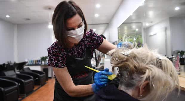 Un sospiro di sollievo per tanti baresi, dal 18 maggio aprono parrucchieri, barbieri e centri estetici partita la corsa alle prenotazioni