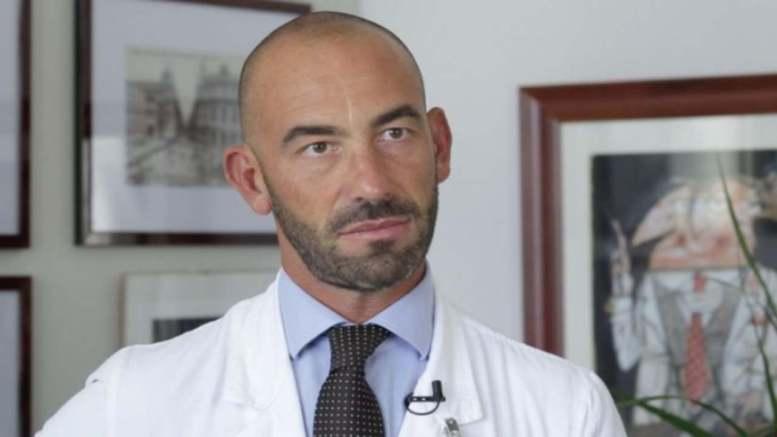 """Coronavirus, Bassetti: """"Il virus non è più aggressivo come all'inizio, sta perdendo forza"""""""