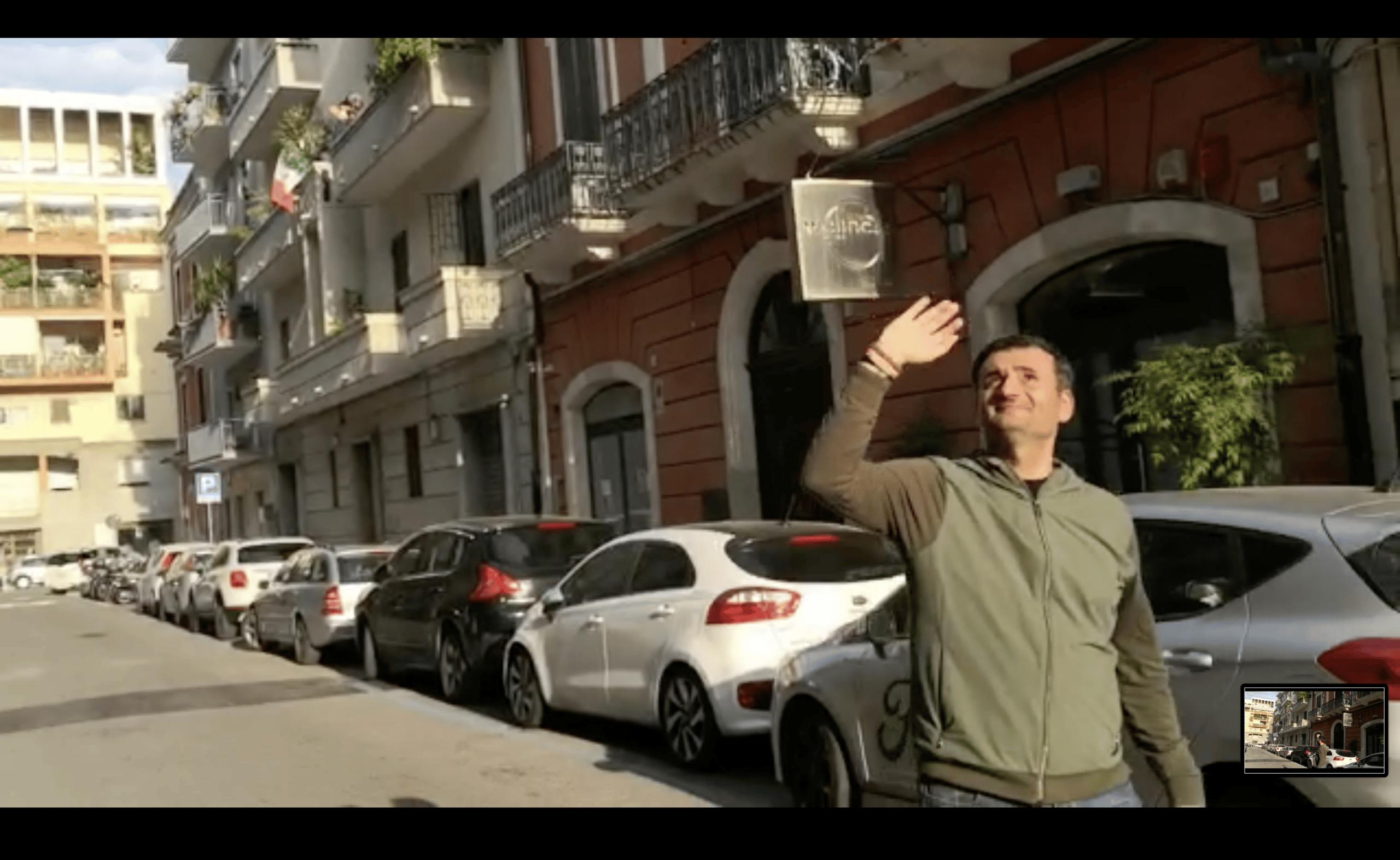 Coronavirus Bari, Decaro passeggia nel quartiere Madonnella e la gente dai balconi lo applaude, lui si commuove e piange