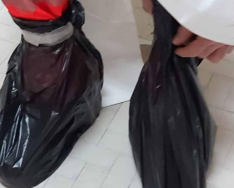 Coronavirus Bari, nel Policlinico, reparto Covid terminati i gambali, si usano le buste della spazzatura