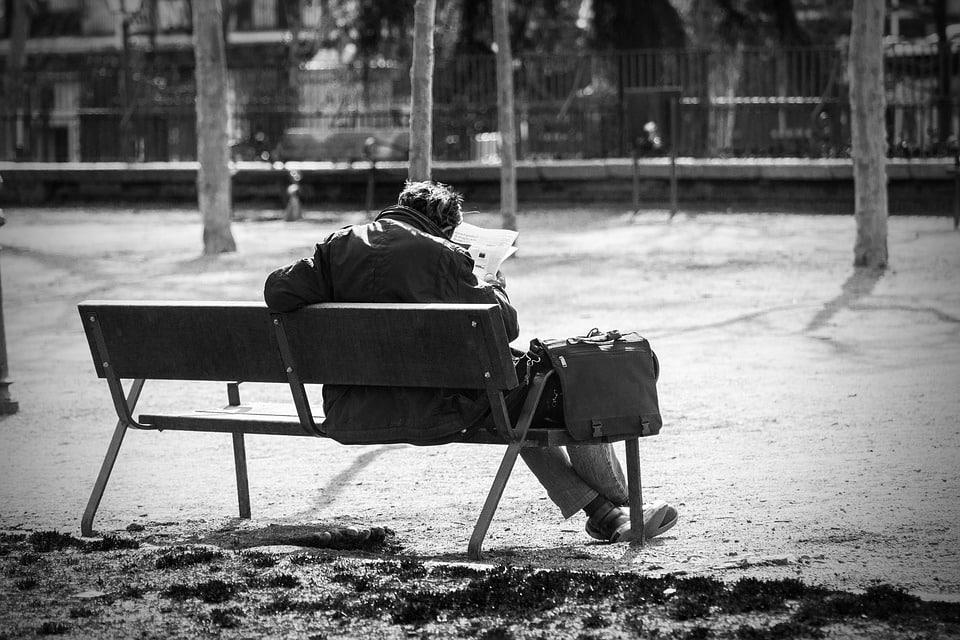 """Bari, uomo di 80 anni piange su una panchina, la polizia si avvicina e lui: """"Non mangio da tre giorni""""."""