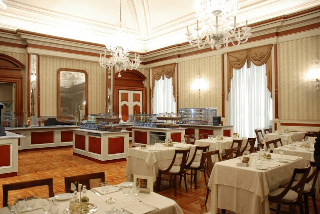 """Emergenza Covid-19, in Italia tutti i ristoranti chiusi eccetto uno, quello della Camera dei Deputati, ma c'è chi si lamenta """"Pasta scotta e pollo scarso"""""""