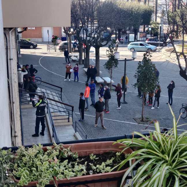 """Coronavirus Puglia, pugni e calci contro la porta del Municipio: """"Dateci i buoni spesa"""""""
