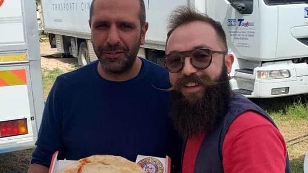 Bari, pizzaiolo fa una pizza con il volto di Checco Zalone e gliela consegna, la reazione dell'attore
