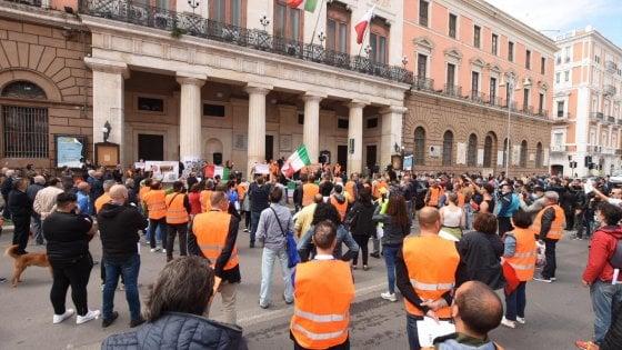 """A Bari il leader dei gilet arancioni, l'ex generale Pappalardo """"Conte hai tre giorni per dimetterti, il 2 giugno saremo a Roma se non ve ne andate voi, troveremo noi il modo di mandarmi via"""""""