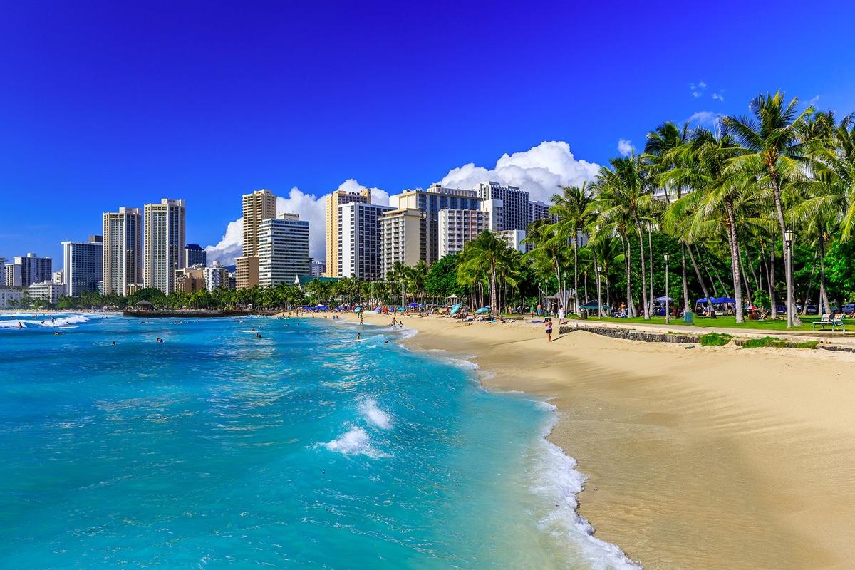 Emergenza Covid, 19, si fotografa sulla spiaggia di Honolulu delle Hawaii e pubblica la foto sui social e viene arrestato