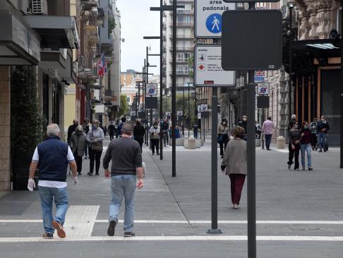 """Covid-19, in via Sparano a Bari è un """"liberi tutti"""", mancano solo i negozi aperti"""
