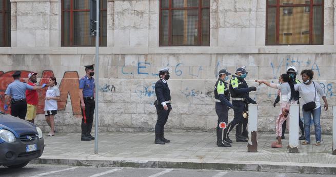 Bari, maxi rissa all'uscita del Tribunale in via Calefati tra cittadini baresi e extracomunitari, ferito un uomo