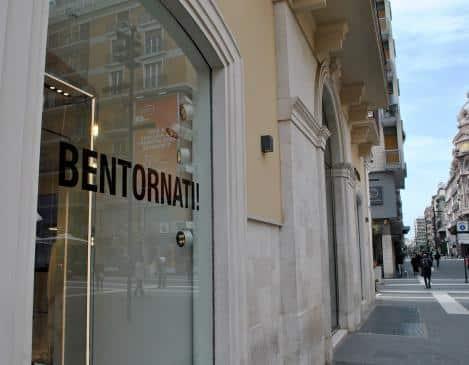 """Bari ritorna a vivere! """"Ci siete mancati"""", """"Siamo felici di vederti"""", con queste scritte cubitali sulle vetrine i commercianti accolgono i baresi"""