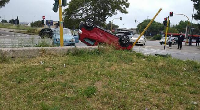 Momenti di paura a Bari, scontro frontale in via Caldarola tra due auto, una si ribalta e termina la sua corsa contro un semaforo, due i feriti