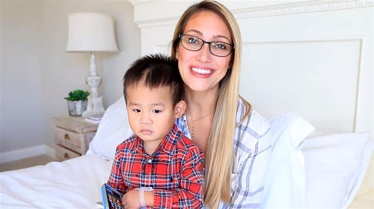 Influencer adotta un bambino autistico, ma dopo aver aumentato i follower lo porta indietro, la furia del web