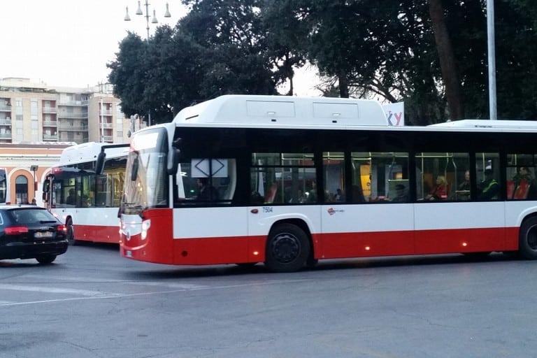 Bari, attimi di panico sul bus, 62enne ubriaco sale armato di accetta e minaccia gli altri passeggeri