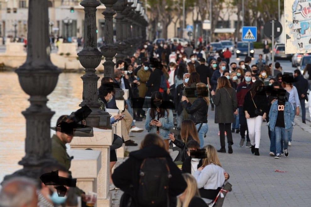 """Emergenza Coronavirus a Bari è un lontanissimo ricordo, lungomare strapieno e gente in spiaggia, Decaro """"Se non si rispettano le regole richiudiamo tutto"""""""