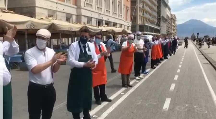 Un minuto di silenzio per le vittime del Covid-19, poi un lunghissimo applauso, così è ricominciata l'attività dei ristoranti e dei bar sul lungomare di Napoli