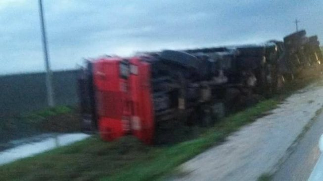 Foggia, incidente mortale su statale 16, tir si ribalta muore il passeggero, ferito il conducente