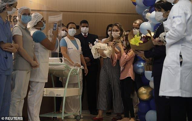 Mamma infermiera positiva al Coronavirus, partorisce in rianimazione e solo dopo un mese riesce a vedere la figlia