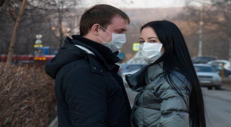 Incontra la fidanzata positiva al covid-19 e 30 persone finiscono in quarantena