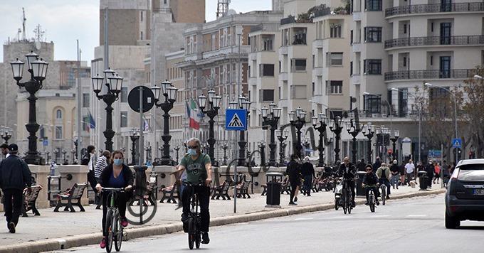 Covid-19, per alcuni a Bari è già finita l'emergenza, lungomare preso d'assalto e tintarella a Torre Quetta