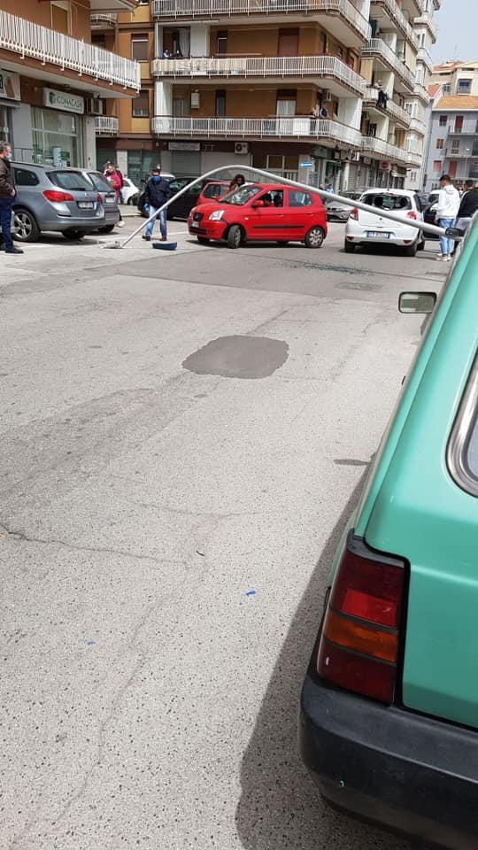 Bari sfiorata la tragedia al San Paolo, per il vento precipita per strada grosso palo della luce
