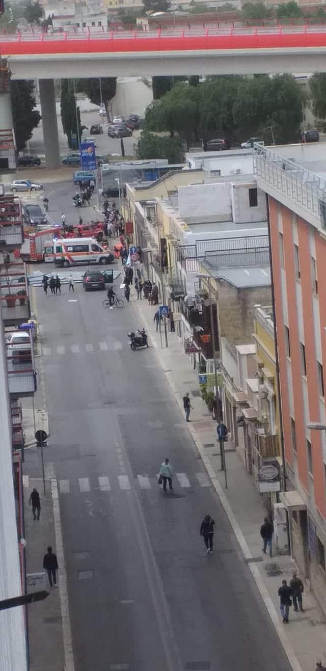 Bari, forte vento in via Crispi fa volare una tegola di amianto, ci sarebbe un ferito e un morto