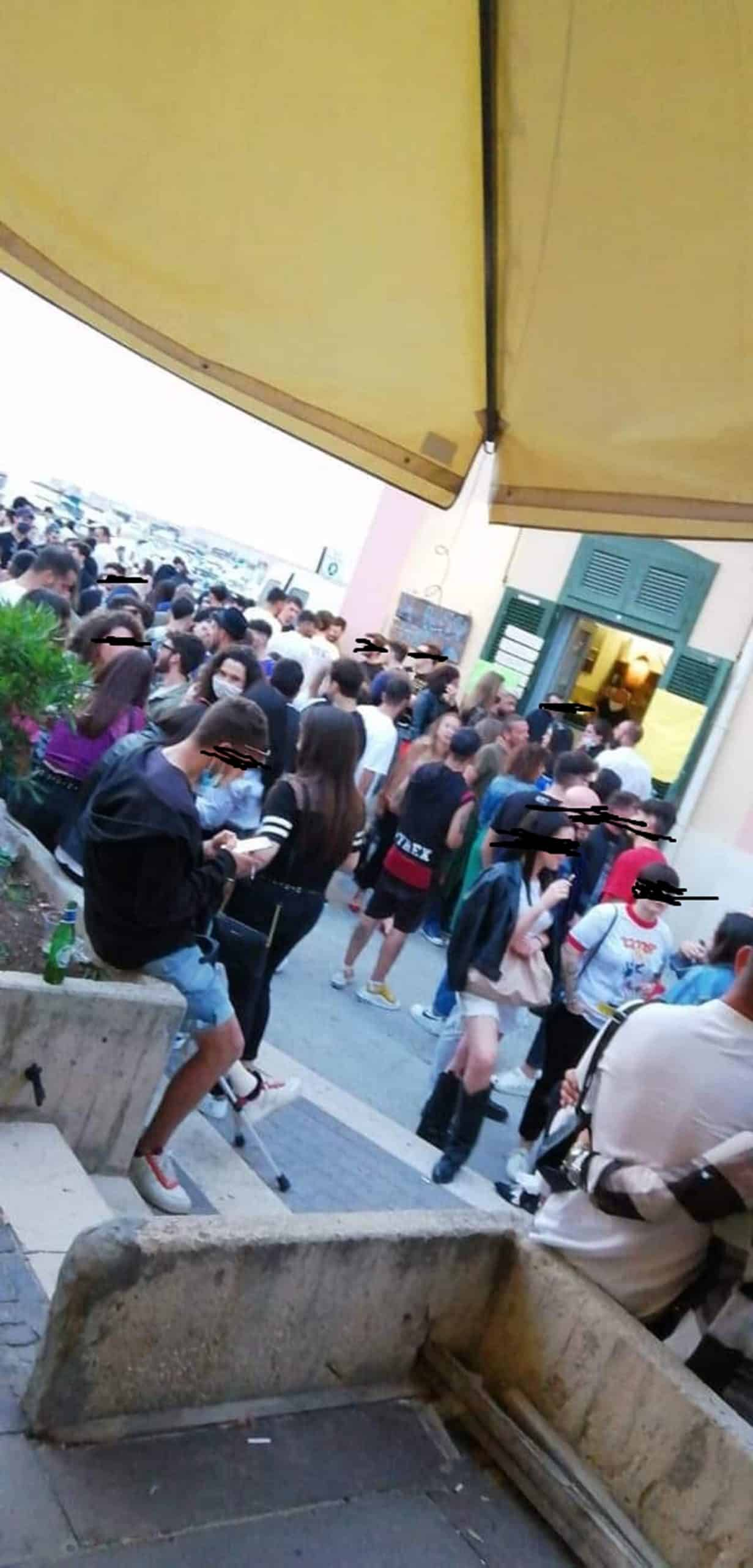 Emergenza Covid-19 a Bari, Torre a Mare presa d'assalto, tantissime persone in pochi metri, molti senza mascherina