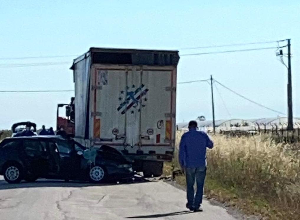 Puglia, terribile incidente stradale sulla via del Mare, auto finisce contro un articolato, gravissime le condizioni di uno dei due conducenti, trasportato in elisoccorso
