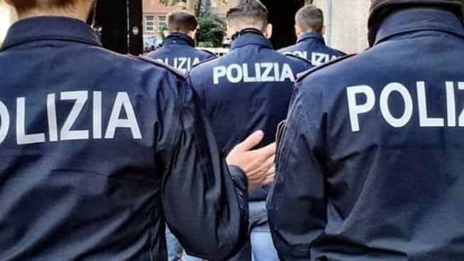 Puglia, corre a torso nudo nel parco, i poliziotti lo fermano e lui colpisce uno di loro con un violentissimo pugno alla tempia