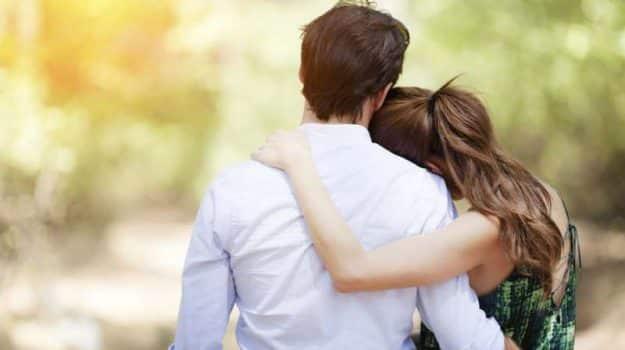 Abbraccia la fidanzata per strada e viene sanzionato, multa di 400 euro per un ragazzo di Pavia