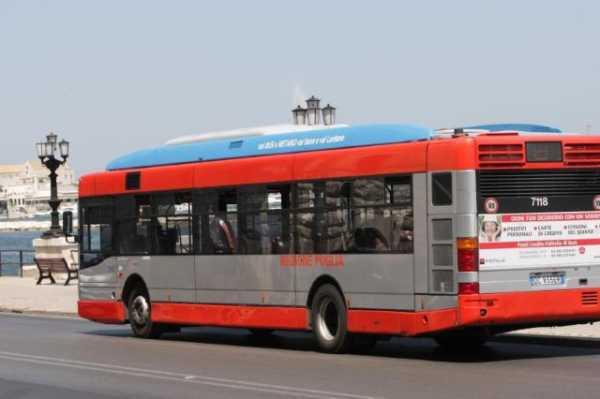 Coronavirus Bari, oggi 8 maggio nessun distanziamento sui bus, mezzi troppo pieni, arrivano i carabinieri