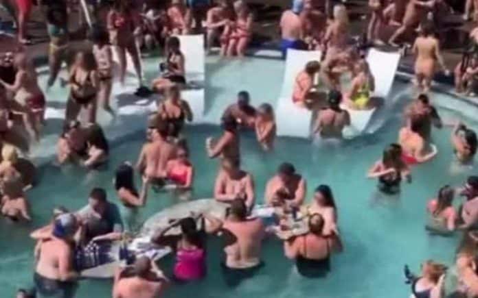 Usa, focolaio di Covid-19 dopo una festa di liceali in piscina, molti partecipanti sono risultati asintomatici, altri presentano i sintomi tipici del Coronavirus