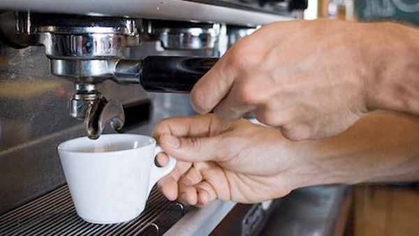 """Prende il caffè al bar e lo paga 50 euro """"E' il minimo che posso fare, siete stati chiusi 50 giorni"""""""