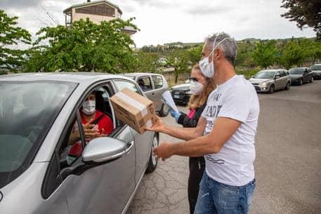 Coronavirus, ha centinaia di pacchi di gelati prossimi alla scadenza e decide di regalarli, le macchine in coda per ritirarli sono centinaia