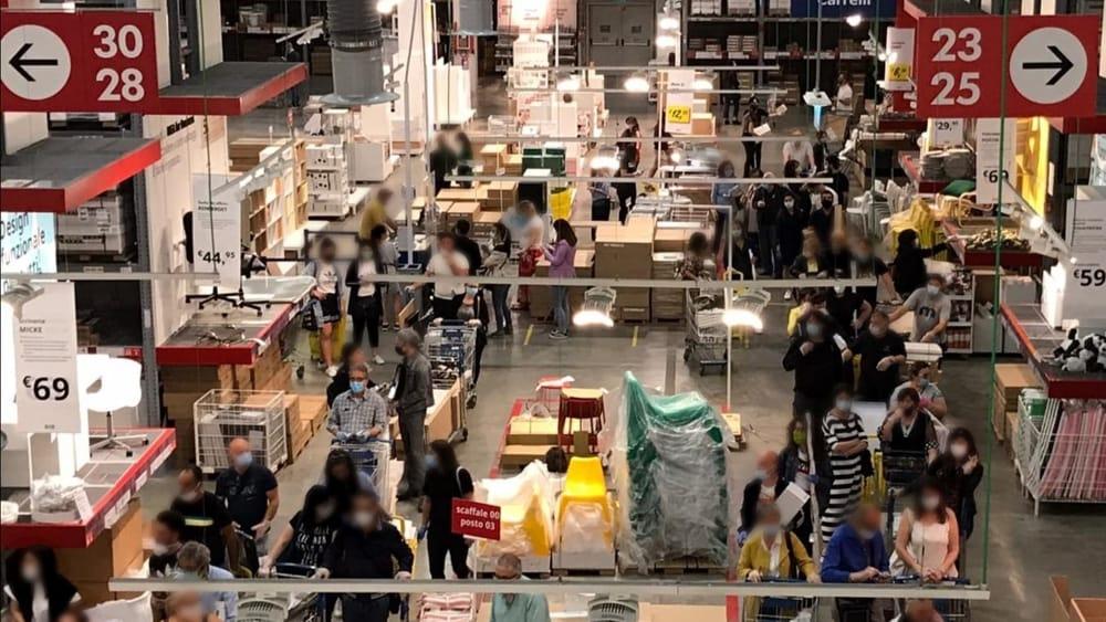"""Bari, assalto all'Ikea, situazione gravissima  """"distanziamento sociale saltato e impossibilità a gestire flusso dei clienti"""""""