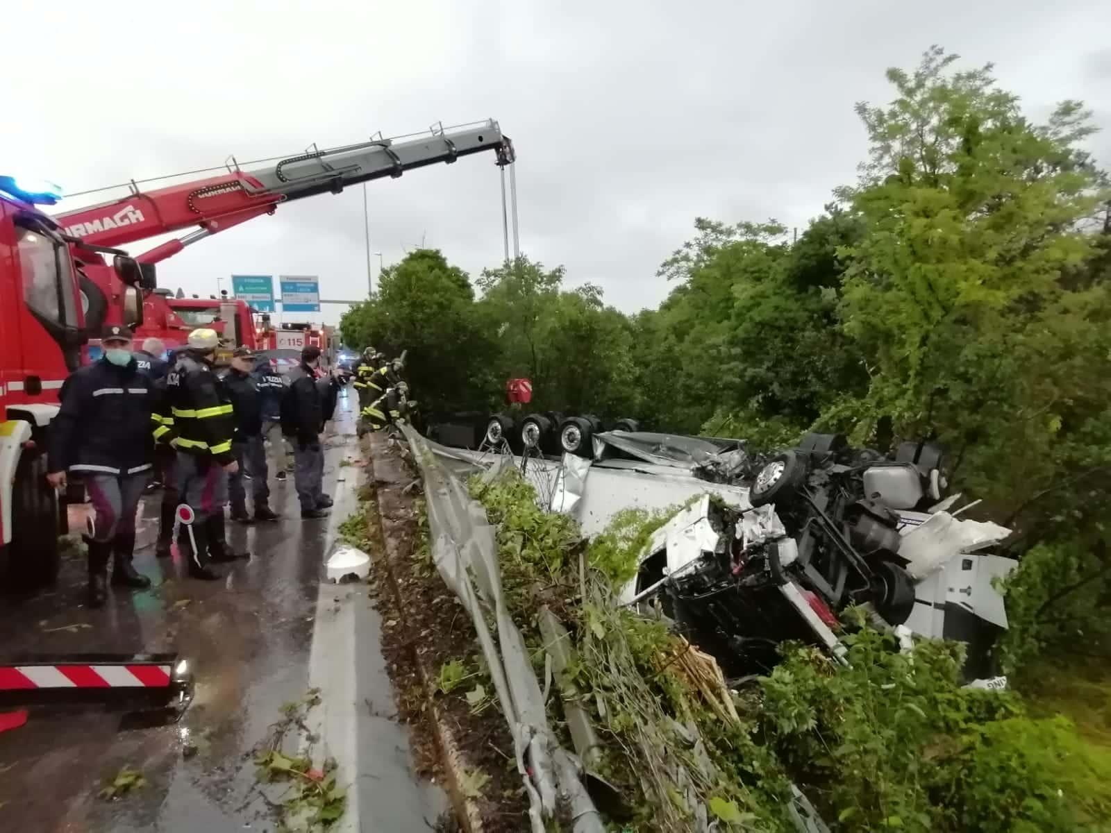 Bari incidente mortale sulla SS100 a Mungivacca ancora chiusa corsia di marcia verso nord, il camion è stato rimosso