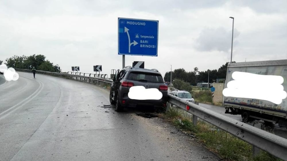Bari incidente, auto perde il controllo e finisce la corsa contro il guardrail, tre feriti