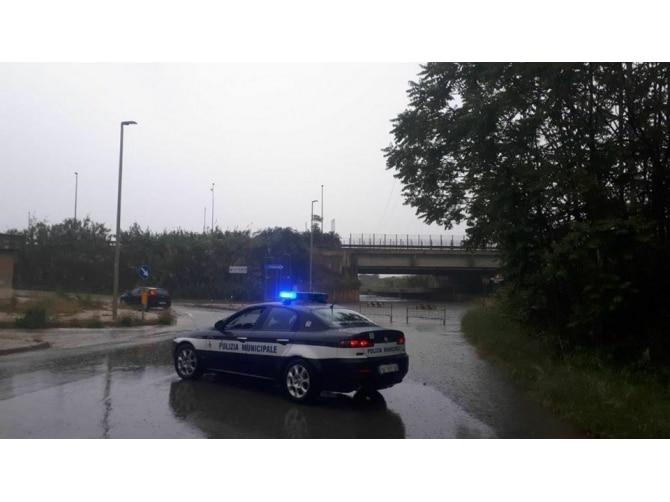 Nubifragio a Bari, strade allagate e chiusura sottopasso zona industriale